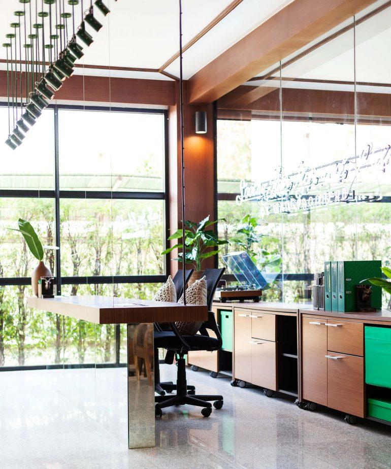 """รีโนเวทตึกแถวเก่าเป็นออฟฟิศผลิตภัณฑ์สมุนไพรสไตล์วังเก่าภายใต้แนวคิด """"โมเดิร์นสามพราน"""" 26 -"""
