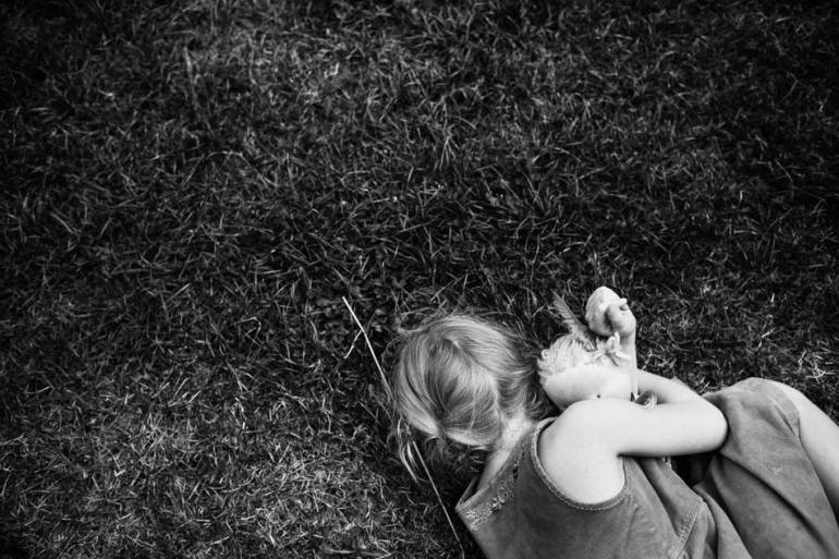 คุณแม่สายอาร์ตอดีตนักกายภาพบำบัด บันทึกชีวิตในชนบทของลูกๆ ทั้ง 4 ด้วยภาพถ่ายขาวดำสุดเลอค่า 29 - child