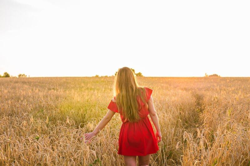 woman on wheat field rear view PYS3NUU 1 เทคนิคเอาตัวรอดเมื่อหลายปัญหาเข้ามาพร้อมกัน ศิลปะการใช้ชีวิตที่น่าจะเป็นประโยชน์