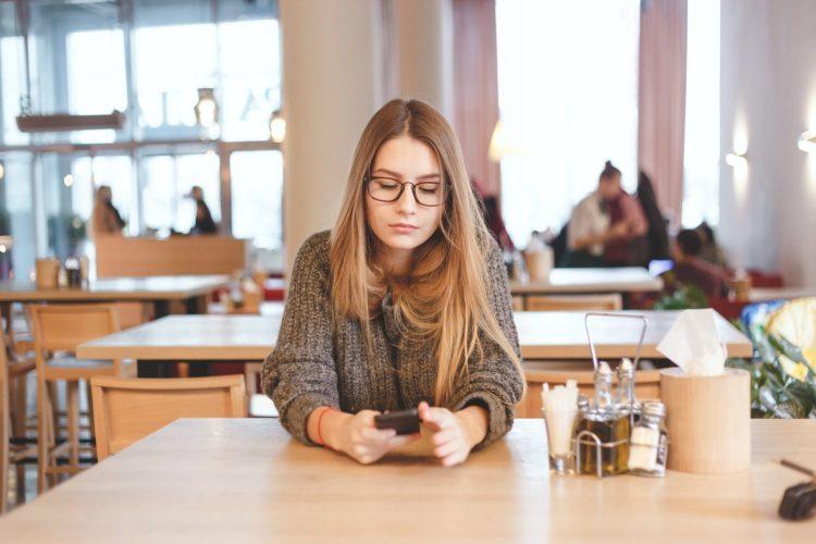 portrait of cute freelancer girl sitting in a PMUKSC7 750x500 7 วิธีง่ายๆ เพิ่มความรู้ออนไลน์ช่วยประหยัดค่ารายจ่ายในชีวิต