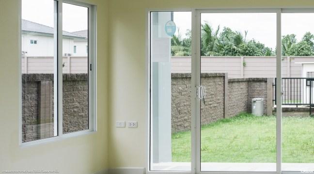 ประตูกระจกบานใหญ่หน้าบ้าน