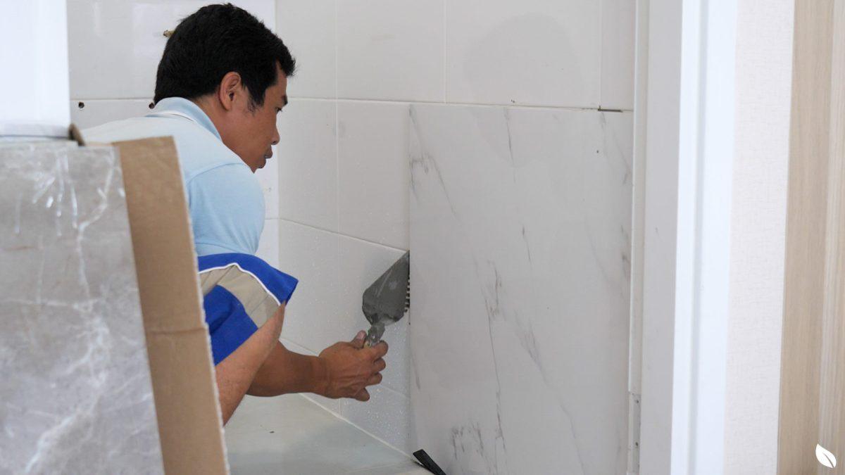 """4 ขั้นตอน """"รีโนเวทห้องน้ำขนาดเล็ก"""" ให้สวยใหม่ จบงานไวใน 2 วัน แบบปูกระเบื้องทับ ไม่ต้องรื้อ 39 - bathroom"""