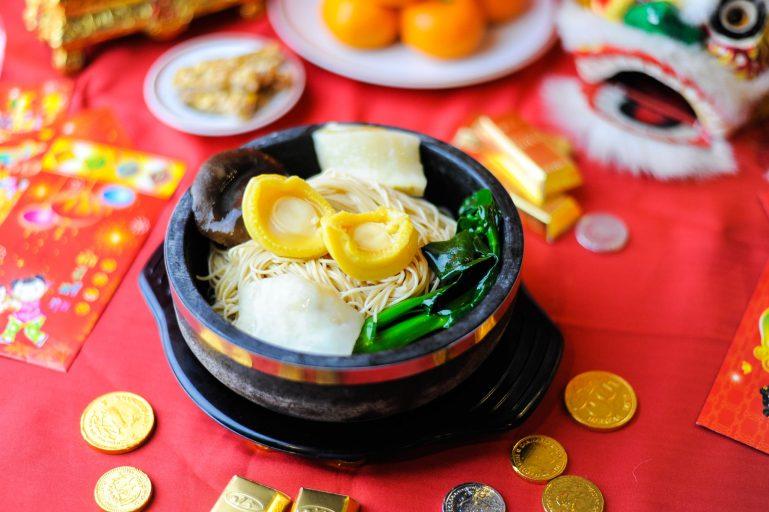 """ซินเจียยู่อี่ ซินนี้ฮวดไช้ """"อิ่มอร่อย พร้อมหน้าพร้อมตา"""" ฉลองเทศกาลตรุษจีนปีหนูทอง ที่ห้องอาหารจีน ฟุกหยวน 13 -"""