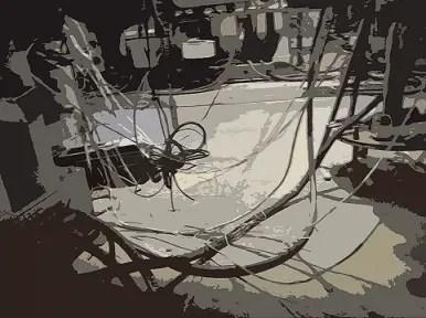 Peligro. Una maraña de cables eléctricos.