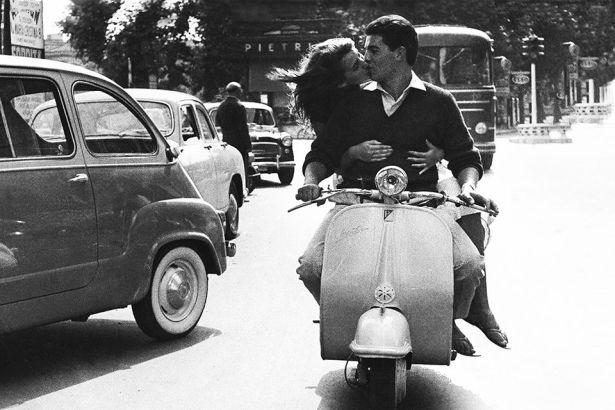 vintage-vespa-kissing