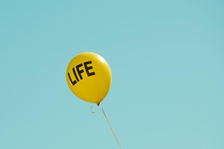 palloncino giallo con scritta 'Life'
