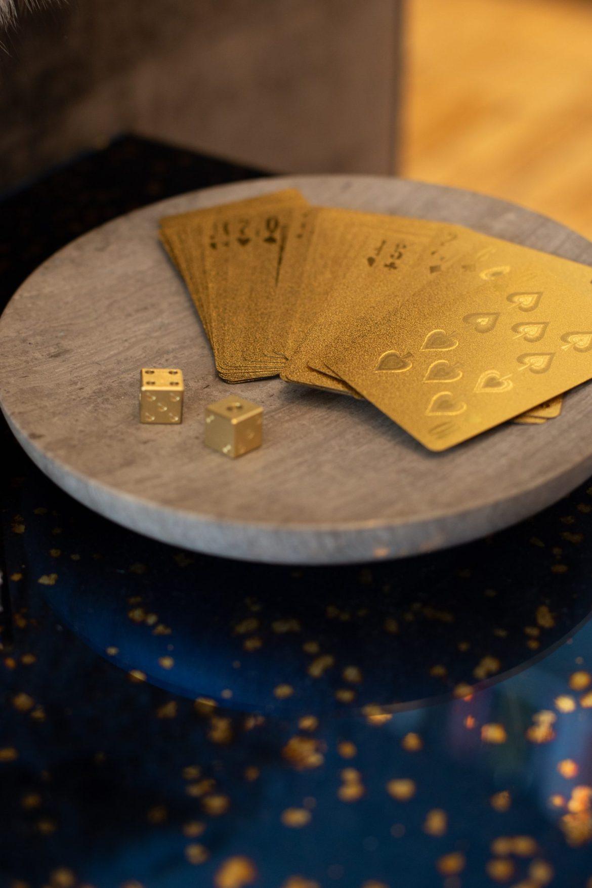 carte da gioco e dadi oro