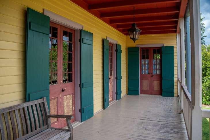 il portico di una delle dimore padronali delle piantagioni lungo il Mississippi