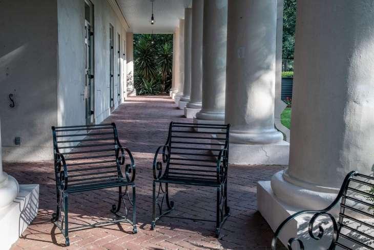 un porticato con le belle colonne in stile Greek Revival