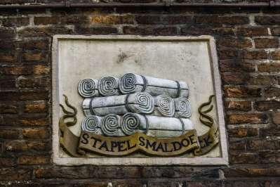 Le formelle sulla facciata  indicavano l'attività del proprietario