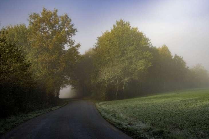 l'autunno è una stagione romantica in Dordogna con le prime nebbia che avvolgono la campagna