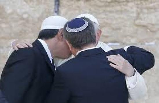 l'abbraccio tra il papa, il Rabbino e lo Sceicco davanti al muro del pianto di Gerusalemme nel 2014