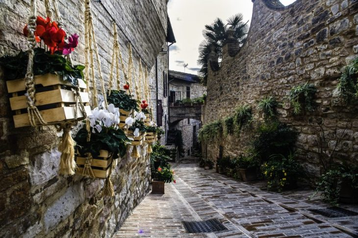 Spello vicoli fioriti nel borgo dei fraticelli di Norberto