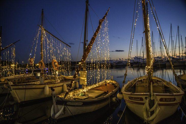 A Sanary-sur-mer le imbarcazioni storiche illuminano il Natale