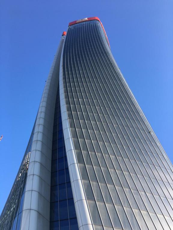 la torre Hadid con la sua forma attorcigliata domina la piazza Tre Torri al Citylife