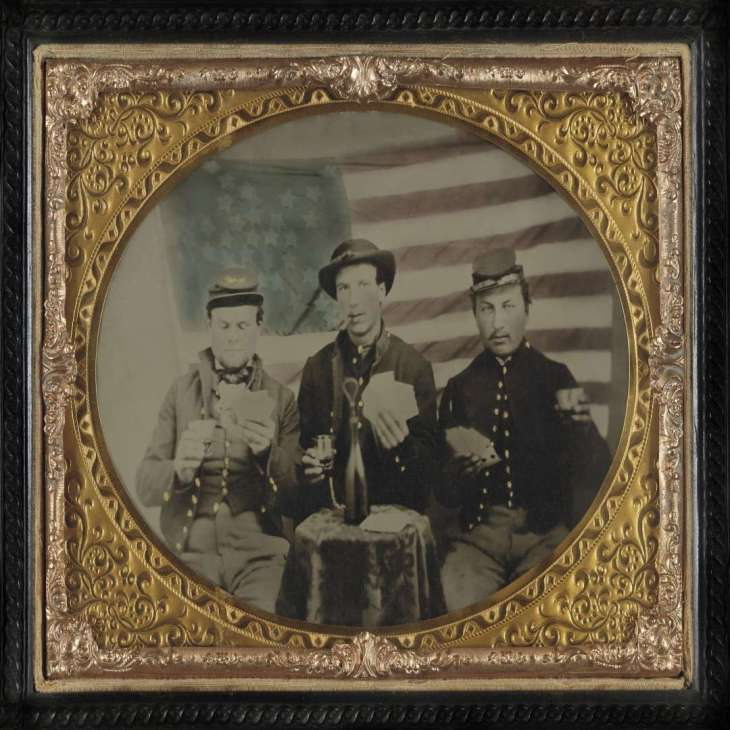 soldati con la bandiera confederata del Sud
