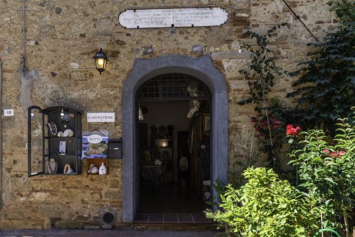 Bolgheri, i cipressi del Carducci e le vigne del Sassicaia prodotto dagli  eredi del Conte Ugolino