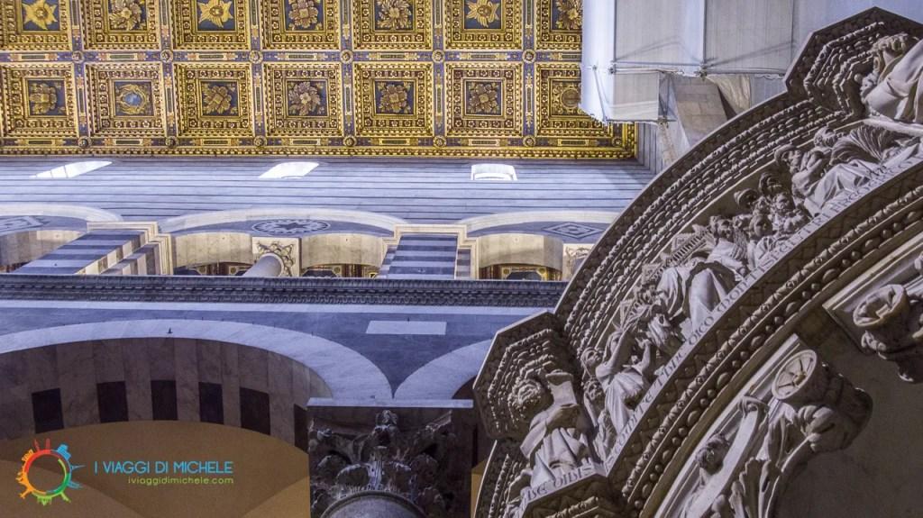 Pulpito di Giovanni Pisano con lo sfondo del soffitto