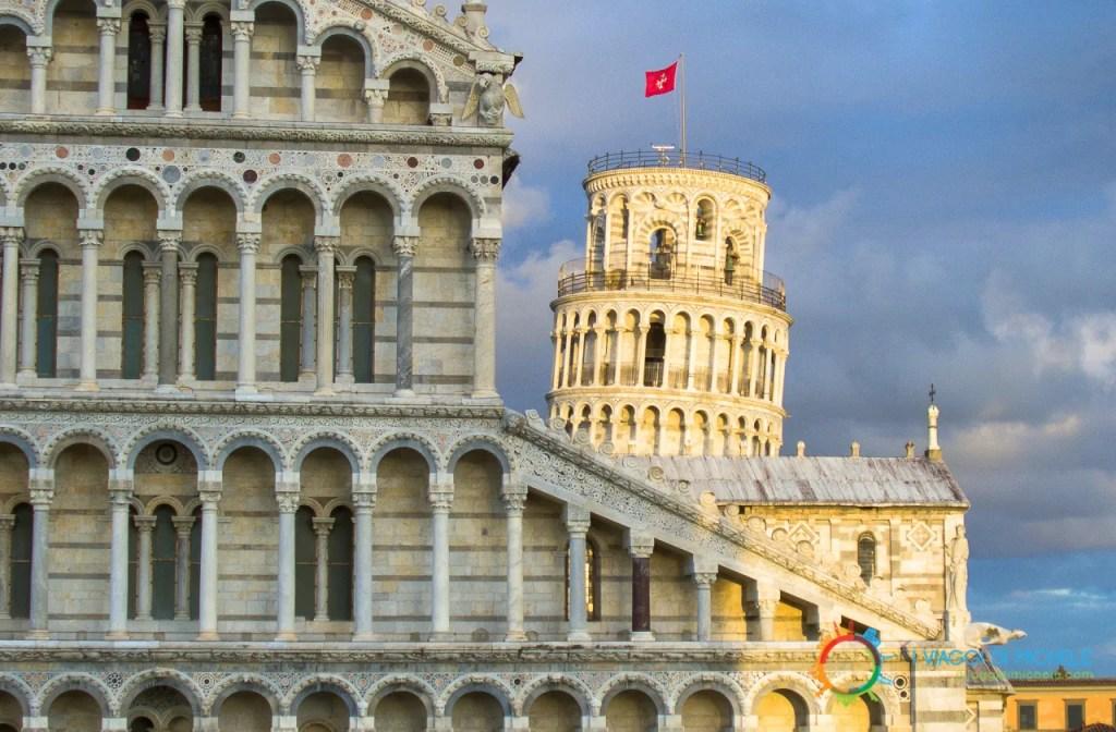 Particolare della Cattedrale di Pisa con la torre illuminata dal sole