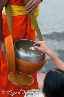 Processione delle Elemosine Tak Bat Luang Prabang offerta