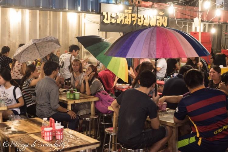 Mercato notturno Bangkok sotto la pioggia