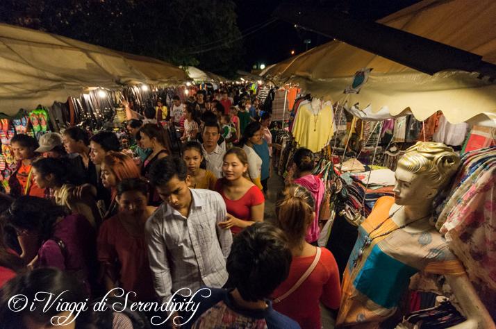 Mercato Notturno Phnom Penh vestiti