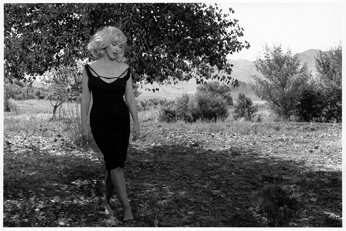 """Marilyn Monroe sul set de """"Gli spostati"""", Reno, Nevada (Usa), 1960. Foto di Inge Morath"""