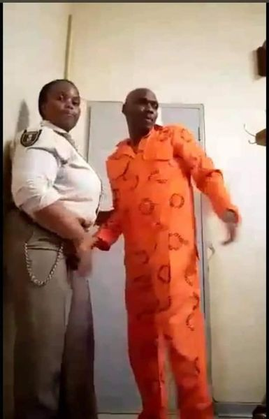 Une gardienne de prison filmée