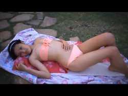 小島瑠璃子 夏祭りで浴衣→脱いだらチューブトップビキニ