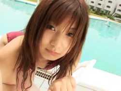 栗本樺歩 ホテルのプールでセクシーアピール