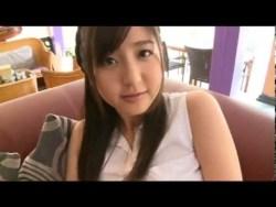 村上友梨 極ミニスカートのカフェ店員の彼女がセクシーポーズ