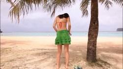 足立梨花 一緒にドーナツ食べて海で赤いビキニに