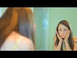 秋山莉奈 食い込みビキニで洗面台の前でお尻のメンテナンス