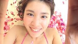 久松郁実 花びらまみれのお風呂で身体を洗う