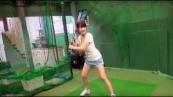 岸明日香 エロい身体見せつけながら野球の練習