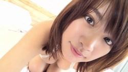 久松郁実 ビキニで可愛らしくベッドをゴロゴロ