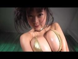 RaMu 光沢ゴールドビキニで色っぽくポーズ
