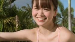 菅本裕子 ちっちゃなビキニでおっぱい揺らしながら洗車