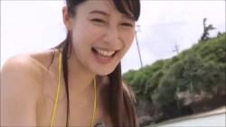 川崎あや 小さめビキニでスレンダーボディ見せながらビーチではしゃぐ