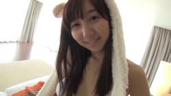 飯田里穂 ビキニ姿でうさみみつけて部屋で可愛らしくエロカワボディを見せる