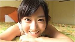 伊倉愛美 可愛い彼女がパンチラしながらホテルのベッドでゴロゴロくつろぐ