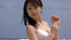 石田亜佑美 白ビキニでビーチで素敵な笑顔を見せる