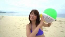 久松郁実 紫ビキニの激カワ美少女がビーチで元気よく遊ぶ