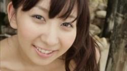 飯田里穂 ポニーテールの美女が花柄ビキニでビーチでくつろぐ