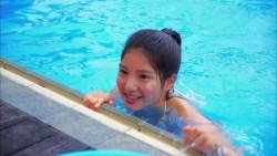 川島海荷 カラフルなビキニでプールで遊ぶ