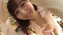 飯田里穂 美少女がビーチでブラを外して色っぽくポーズ