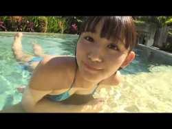 浅川梨奈 美少女がセクシーな水着でプールで泳いだり