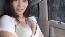 橘花凛 巨乳美女が車内でブラの上からシートベルトでパイスラする姿がエロすぎる