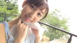 飯田里穂 美少女がシースルー衣装脱いでビキニ姿でくつろぐ