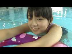 篠崎愛 競泳水着で泳いだあと濡れたエロい身体見せながらくつろぐ